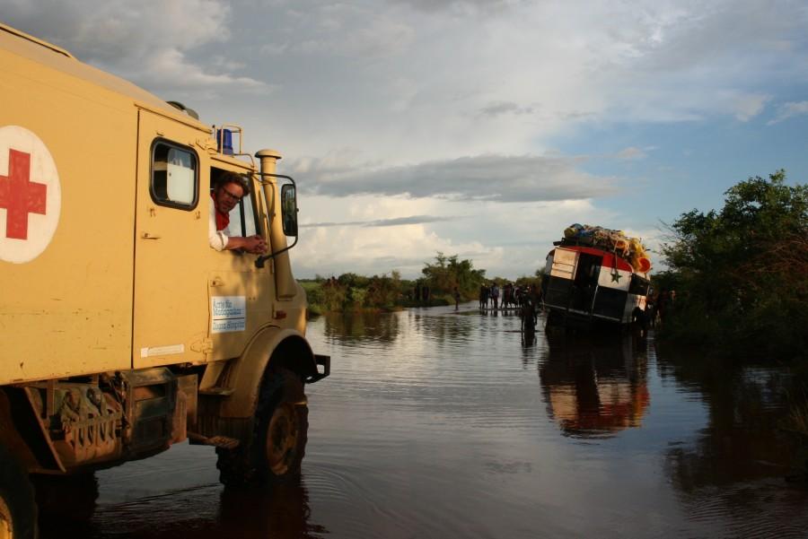 Der hochbeinige Unimog-Krankenwagen des Hopitaly Zoara ist auf den unbefestigten Straßen Süd-Madagaskars unabkömmlich
